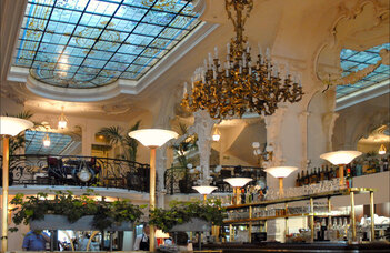 Nous nous retrouverions au café, ici le Grand café à Moulins place d'Allier