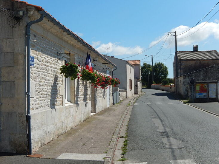 La rue des Ridollières à Beaugeay, avec, à gauche de l'image, la mairie de la commune.