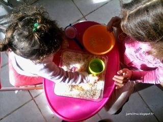 transvasement activité occuper bébé montessori bambin jouer calme riz pâtes motricité fine jeu