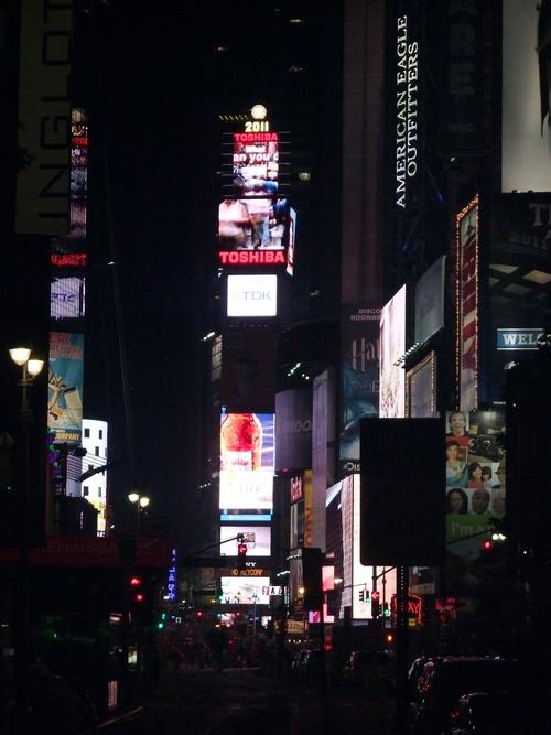 Time Square de jour et de nuit.