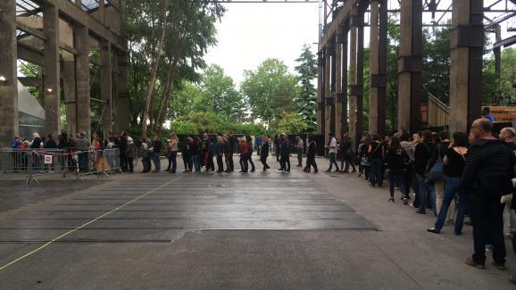 La file d\'attente des spectateurs devant le Stereolux à Nantes (Loire-Atlantique), lundi 4 juin 2018.