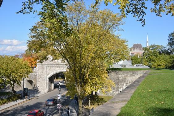 Porte Saint Louis et parc des champs de batailles