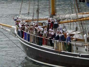 Les Filles du roi saluent la foule venue les attendre au port de Québec, le 7 août 2013