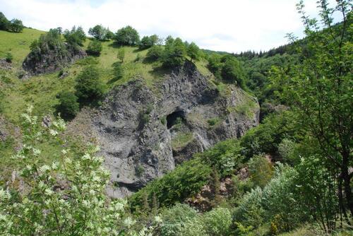 En cheminant vers la cascade, coulées de basalte