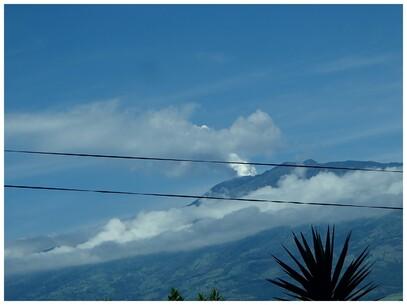 Entre les fils le volcan Turrialba