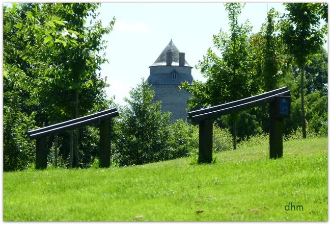 Châteaugiron , son château et son étang .