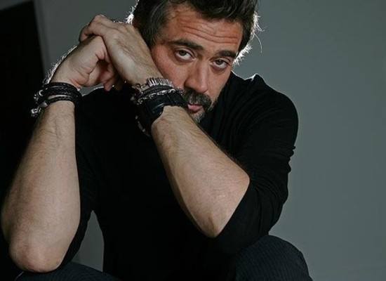 Jeffrey-Dean-Morgan-jeffrey-dean-morgan-12644286-500-364