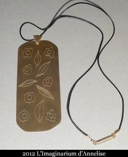 Pendentif Adélys : laiton gravé satiné et cuir