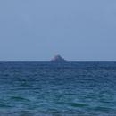 Sur l'horizon, le Rocher de la Caravelle (Îlet aux Oiseaux) - Photo : Edgar