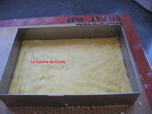 Gâteau aux fruits rouges sur biscuit sablé