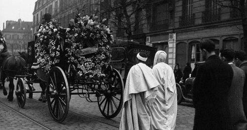 """La mort une affaire publique. """"Funérailles des 8 victimes de l'explosion du Central électrique des usines Renault, le corbillard d'une des victimes, suivi de ses camarades arabes"""" 1933"""