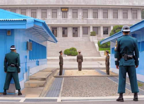 """""""Kim Jong-Un fait la même chose qu'Hitler"""" : à Pyeongchang, les """"Jeux de la paix"""" divisent les réfugiés nord-coréens """"Kim Jong-Un fait la même chose qu'Hitler"""" : à Pyeongchang, les """"Jeux de la paix"""" d"""