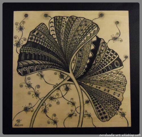 Zendoodle sur un support en bois : les feuilles de ginkgo