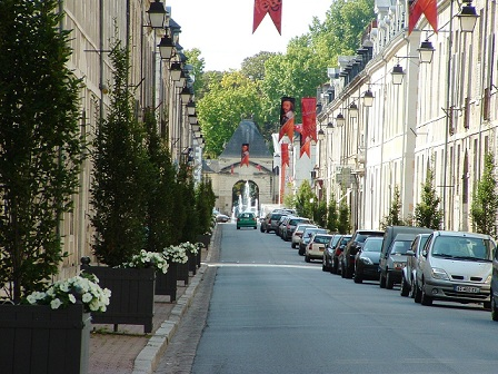 La Ville de RICHELIEU, un quadrilatère remarquable du XVIIe S entouré de ses remparts.