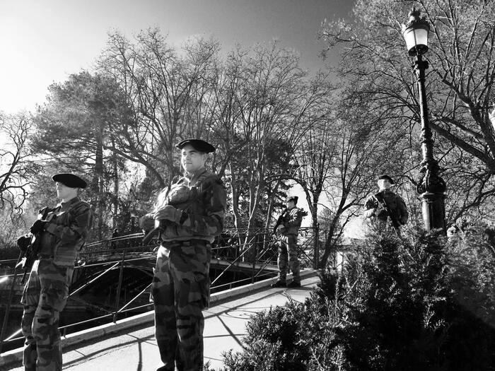 Le 27eme des chasseurs alpins  patrouille au coeur d'Annecy, en cette période de fêtes