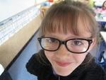 Joelline porte des lunettes