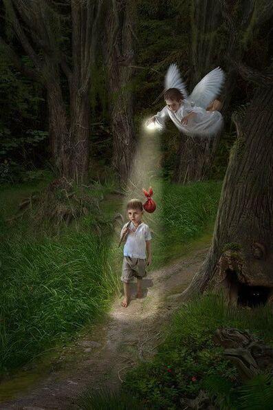 """Nous ne sommes jamais seuls, même dans les moments les plus difficiles; avec nous, il y a toujours celui qui nous aime profondément et d'une manière inconditionnelle qui nous voient tels que nous sommes dans notre Divinité. L'ange gardien """"messager de..."""