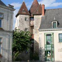 La maison de la Pisciculture à Mézières-en-Brenne et les tours de l'ancien château