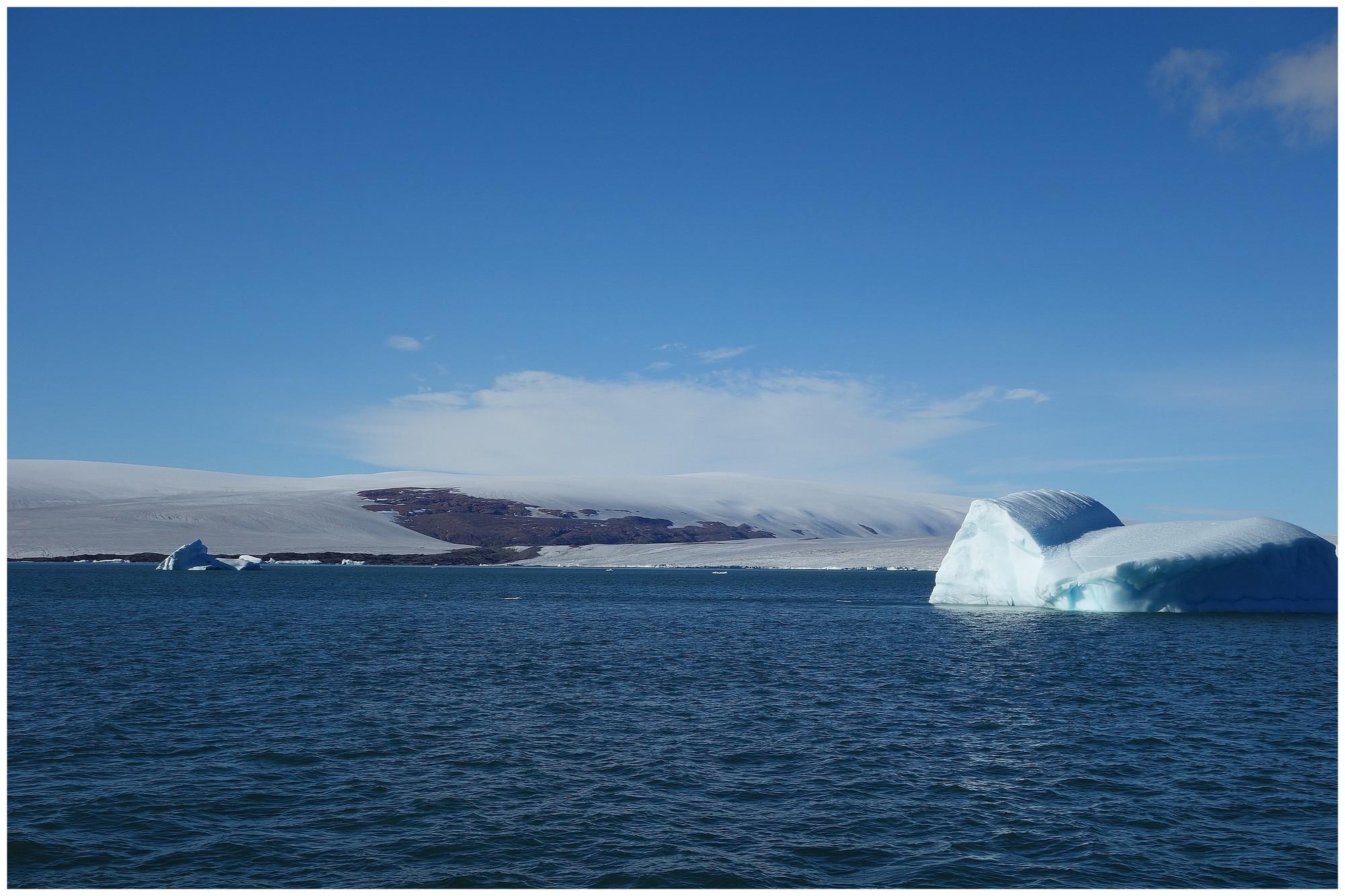 Inlandsis et iceberg près de la terre d'Ellesmere
