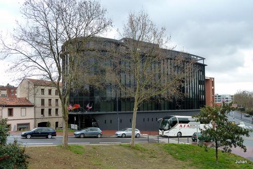 Toulouse : un pont et un hôtel ...