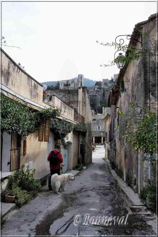 Oppède-le-Vieux Vaucluse rue du village