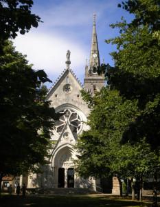 Vue de l'église Notre-Dame, depuis l'entrée principale du sanctuaire