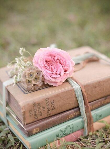 """Résultat de recherche d'images pour """"rose romantique et livre"""""""