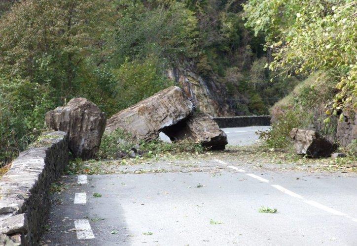Le 1er novembre dernier, 1.500 m3 de rochers se décrochent avant de s'effondrer sur la route. Photo DDM, P. L. - DDM