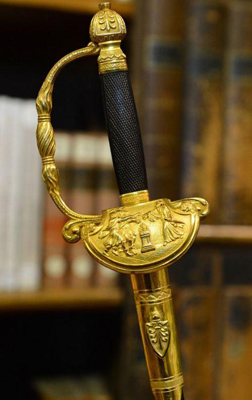Épée remise à un historien de l'antiquité romaine