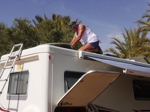 Voilà le travailleur...perché sur le toit du cc d'Alain