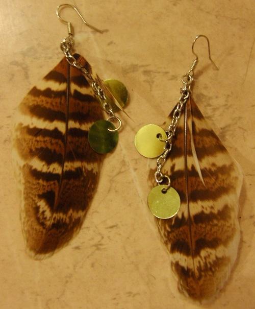 Boucles d'oreille plumes avec leurs paillettes argentées