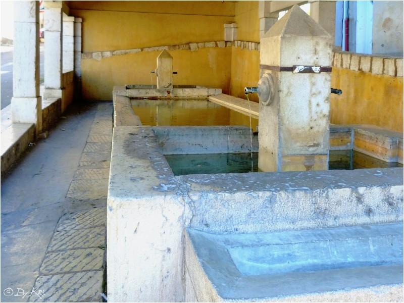Riez-la-Romaine (Fr 04) ~ Sa fontaine Benoîte et son lavoir ...