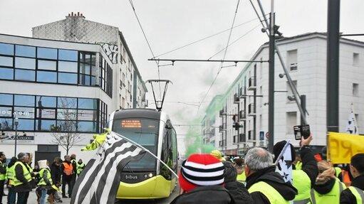 Le tram a rapidement été bloqué.