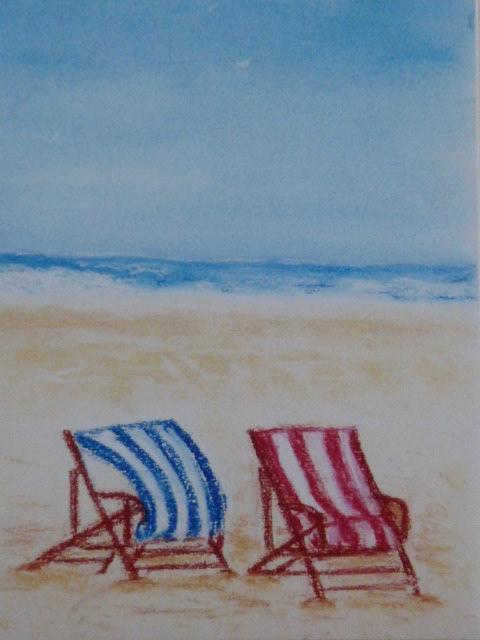 chaise longues et plage désertée