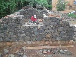 Montage des murs en pierre pour supporter les voûtes
