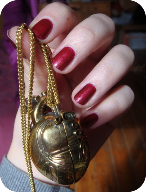 - Essie : Wrapped In Rubies -