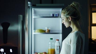 femme et frigidaire