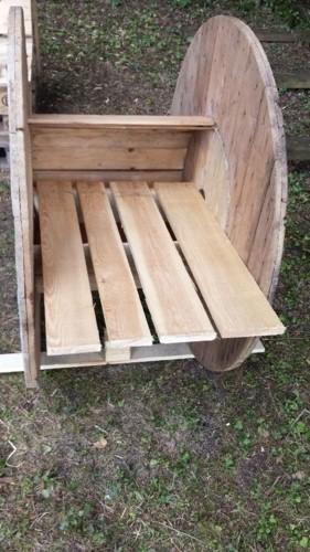 Un touret de câble en bois transformé en fauteuil - Ours54