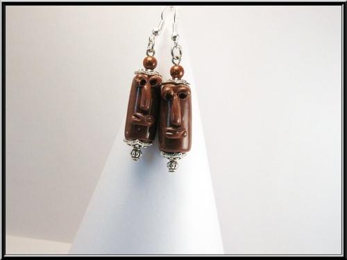 Boucles d'oreille Totem en pâte polymère Fimo marron