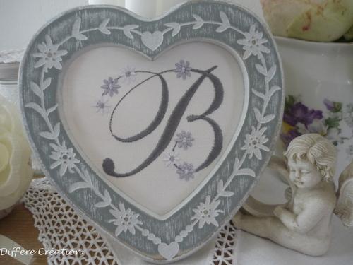 Monogramme B fleuri et son cadre coeur patiné