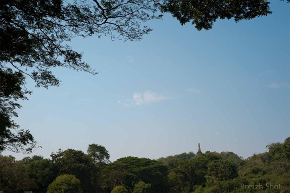 Si Satchanalai, wat Khao Suwan Khiri - Le chedi au milieu de la forêt