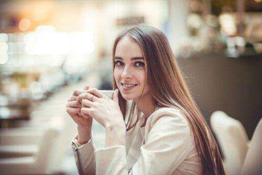 Une femme qui boit un thé à base de clous de girofle