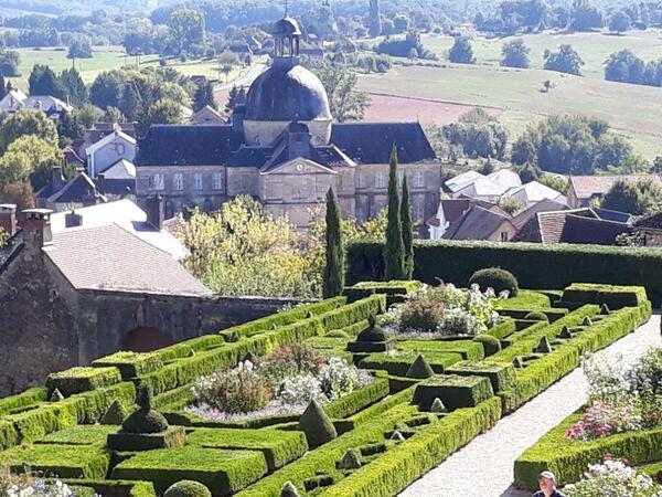 Une partie du jardin et en arrière plan la coupole de l'Hôtel Dieu