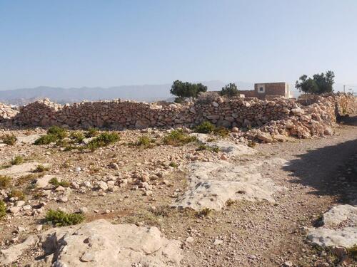 Des murs en pierres sèches délimitent les propriétés