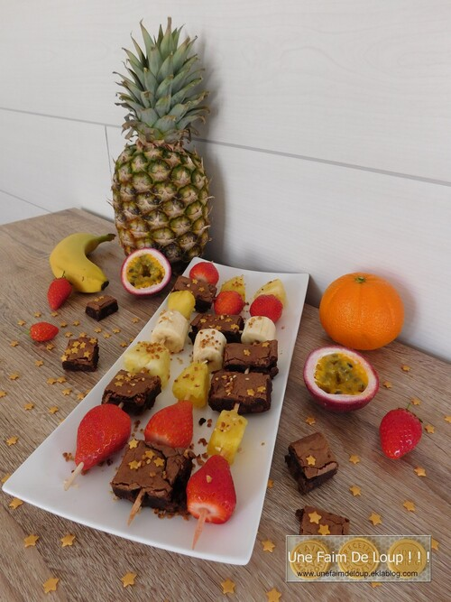 Brochettes de fruits et brownies