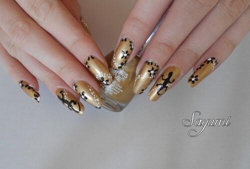 Nail Art Salamandre et champ de fleurs