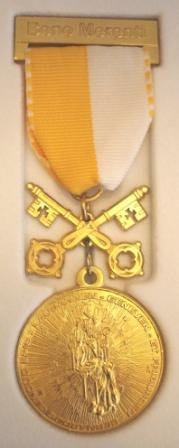 """Courtepin, dimanche 15 octobre 2017, remise de la médaille """"Bene Merenti"""" à Mme Huguette Stucky, sacristine depuis plus de 40 ans"""