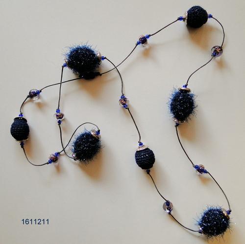 Avec des perles de papier maché et de tricot