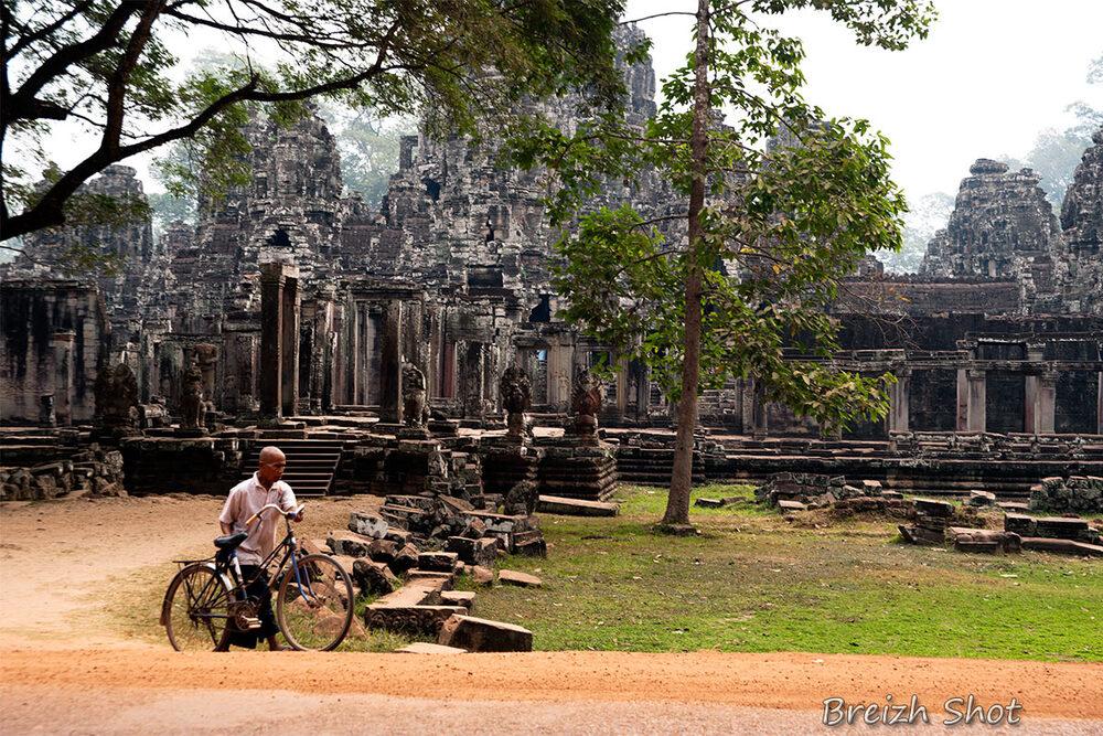 Angkor Thom - Homme au vélo bleu
