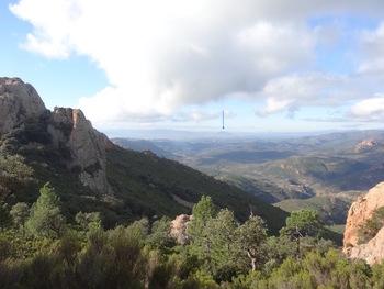 Au col du Cap Roux, vers l'Ouest : au fond, le rocher de Roquebrune (flèche bleue)